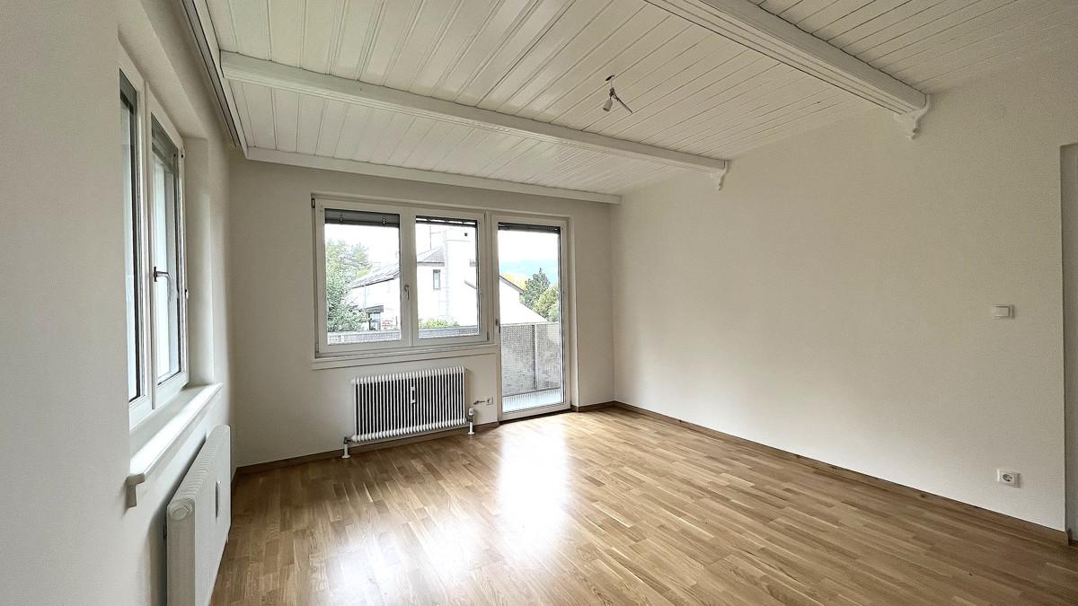 Wohnzimmer-mit-Zugang-Balkon bearbeitet